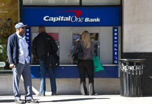 Cuánto cobra de comisióun cajero de Capital One