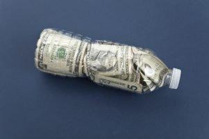Cómo y dónde vender botellas de plástico por dinero en California