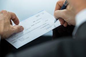 ¿Cómo llenar un cheque de First Bank?