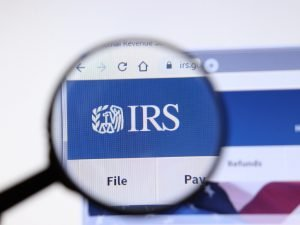 ¿Puedo reclamar a mi esposa fuera de USA en los taxes?