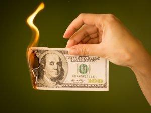 Por qué quemar billetes de dolar es ilegal